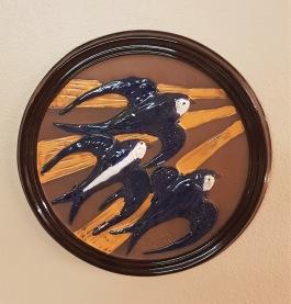 Rund keramiktavla med fågelmotiv. GABRIEL. Diam. 29 cm. Fint skick. 80 SEK