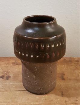 Keramikvas Thomas Hellström  Nittsjö, signerad THO. Höjd 15 cm, diam. mitten ca 10 cm. Fint skick.  100 SEK