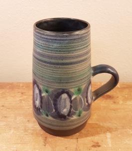 Hänkelvas med blågrönt mönster. Höjd 14,5 cm, diam. 6,5 cm. Fint skick. Otydlig signatur i botten. 60 SEK