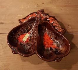 Keramikfat i form av två päron. Ettikettmärkt: Emil Caramics. Tyskt? Bredd 23 cm, höjd 21 cm. Fint skick. 65 SEK