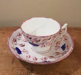 Vackert mönstrad kopp med fat (2). Omärkt. Diam. fat 15 cm, diam. kopp 9 cm. Höjd kopp 5,5 cm. 50 SEK/st