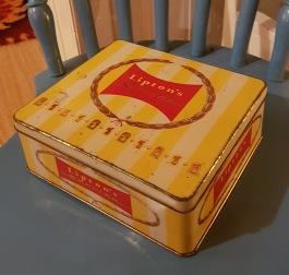 """Fyrkantig burk """"Lipton Service´s"""". Längd 18 cm, bredd 16,5 cm, höjd 6,5 cm. Lite rostfläckar på locket och ena sidan, annars gott skick. 65 SEK"""