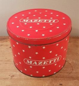 """Rund burk """"Mazetti"""". Höjd ca 17 cm, diam. 22 cm. Liten buckla på locket och lite fläckar inuti. I övrigt gott skick. 150 SEK"""