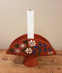 Ljusstake Tällberg Keramik. Bredd 17,5 cm, höjd drygt 10 cm.  Fint skick. 50 SEK
