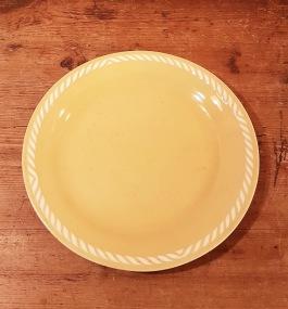 """Gul assiett Figgjo """"Sissel"""". Diam. 17,5 cm. Lite smårepor, annars gott bruksskick. 30 SEK"""