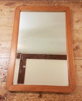 Mindre väggspegel med träram. Höjd 45,5 cm. Bredd 30,5 cm.  Lite småfläckar i glaset på vissa ställen, annars gott skick. 80 SEK