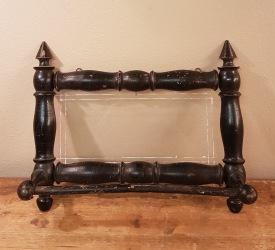 Äldre handdukshängare i trä med glas i mitten. Höjd 25,5 cm. Bredd 31,5 cm. Djup 10 cm. Gott skick.  125 SEK