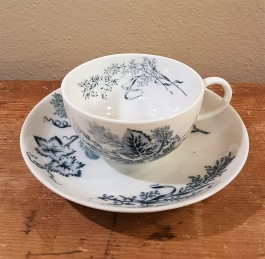 """Kaffekopp med fat Rörstrand """"Vineta"""" (8). Diam. fat 13,5 cm. Diam. kopp 8 cm, höjd kopp ca 4,5 cm. I produktion 1887-1926. Fint skick. 100 SEK/st"""