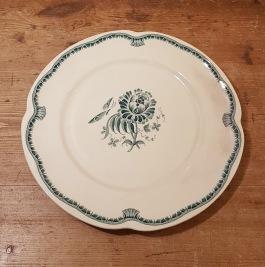 "Assiett Gefle ""Hera"" grön (2). Diam. 21 cm. Herbert Perje 1936-40. Fint skick, inga repor eller nagg.  40 SEK/st"