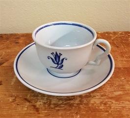 """Kaffekopp med fat Gefle """"Lili"""". Höjd ca 5 cm, diam. fat 13,5 cm. Fint skick. Finns ett exemplar till men den har en liten nagg under kanten på fatet. 50 SEK"""