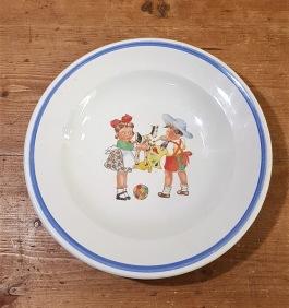 """Djup tallrik Gefle """"Lena"""". Från en barnservis i produktion 1952-1957. Diam. 18 cm, djup 3 cm. Mininagg på kanten, annars gott skick. 30 SEK"""
