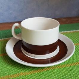 """Kaffekopp med fat Gefle """"Malta"""" (6). Diam. fat 13 cm, diam. kopp 7 cm. Höjd kopp 5,5 cm. En kopp har mindre missfärgning inuti, resten av kopparna i fint skick. Faten har normalt bruksslitage. 1973-79. 40 SEK"""