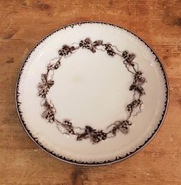 """Assiett Gefle """"Mullbär"""" (8). Diam. 19 cm. Lättkrackelering (en missfärgad fläck på en), annars gott bruksskick. Inga besticksrepor eller nagg. 30 SEK"""