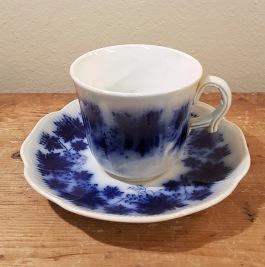 "Kaffekopp Gefle ""Blå Vinranka"" (6). Höjd 6,5 cm. Diam. kopp 7,5 cm. Diam. fat 13,5 cm. Gott skick. I produktion 1938-1969. Arthur Percy. 100 SEK/st"