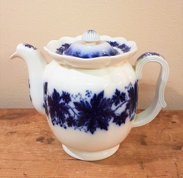 """Kaffekanna Gefle """"Blå Vinranka"""". Höjd exkl. lock 14,5 cm. Lite gulnad på vissa ställen, bl.a runt lockets nederkant, men inga sprickor eller nagg. 1938-1969, Arthur Percy. 300 SEK"""