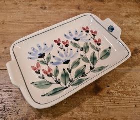 Blommigt fat Riviera Keramik, Skottorp. Design Kerstin Jönsson (?). 1950-59. Längd 32 cm inkl. handtag. Bredd 21,5 cm. Fint skick, etiketten kvar. 100 SEK