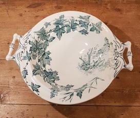 "Vacker skål på fot Gustavsberg ""Hedera"". Höjd 8 cm, diam. 26,5 cm (33 cm inkl. handtag). Fint skick, inga nagg. 250 SEK"