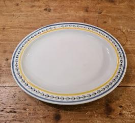 """Uppläggningsfat Gustavsberg """"Svedese"""". Längd 29,5 cm. Bredd 22,5 cm. Lite sliten i dekoren på ett ställe, annars fint skick. Ritad 1934 av Wilhelm Kåge. I produktion 1952. 100 SEK"""