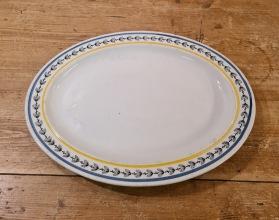 """Mindre uppläggningsfat Gustavsberg """"Svedese"""". Längd 25,5 cm. Bredd 18,5 cm. Nån enstaka mörk fläck i porslinet, annars gott bruksskick. Ritad av Wilhelm Kåge 1934. I produktion 1952. 75 SEK"""