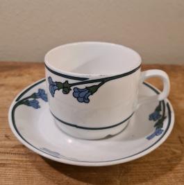 """Kaffekopp med fat Rörstradn """"Ingrid"""" (6). Diam. fat 13,5 cm. Diam. kopp 7,5 cm. Höjd kopp 5,5 cm. Faten lite slitna, annars gott skick.  60 SEK/st"""