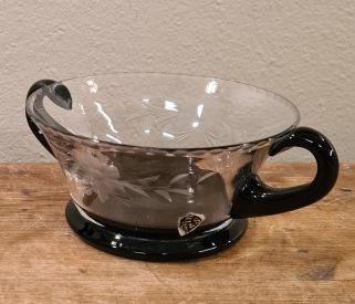 Sockerskål i glas med svarta hänklar och fot. Etikettmärkt (E G&S). Höjd 10,3 cm. Diam. 5 cm. Fint skick. 30 SEK