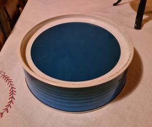 Rund blåvit burk, G.T Designs, England. Diam. 23,5 cm. Höjd 7,5 cm. Lite smårepor och skav på locket, i övrigt gott bruksskick.  75 SEK