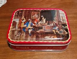"""Mindre burk """"Milady - assorted toffée"""". Längd 14,5 cm. bredd 10,5 cm och höjd 4 cm. Fint skick. 35 SEK"""