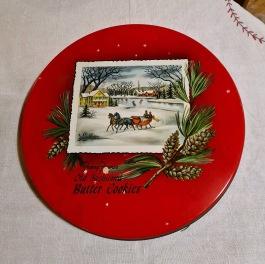 """Rund låg burk med julmotiv. """"Old fashioned butter cookies"""". Diam. 25 cm, höjd 3 cm. Lite småfläckar på locket, i övrigt gott skick. 50 SEK"""