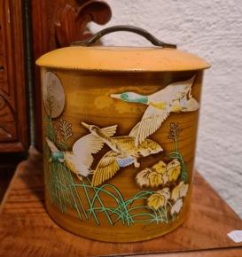 Senapsgul burk med fågelmotiv. Höjd 14 cm, diam. 12 cm. Lite fläckar längs kanten i botten inuti, annars gott bruksskick. 65 SEK