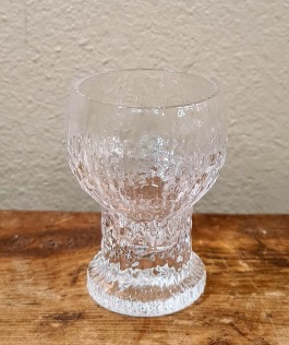 "12 st snapsglas Ittala ""Kekkerit"". Höjd ca 7 cm. Diam. 4,5 cm. Fint skick. Timo Sarpaneva. Etikett saknas. 360 SEK"