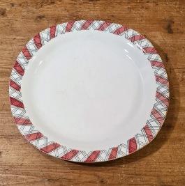 """Assiett Gefle """"Ruter"""" (4). Diam. 20,5 cm. Lite mörka fläckar längs kanterna, annars gott bruksskick. 40 SEK/st"""