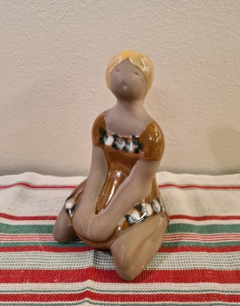 Figurin - knäsittande kvinna DECO. Höjd ca 15,5 cm. Fint skick. 60 SEK