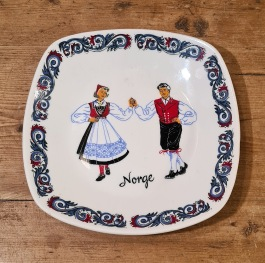 Liten tallrik m. folkdansmotiv Figgjo Flint. Mått ca 15x15 cm. Fint skick. 45 SEK