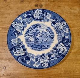 """Liten assiett Enoch Woods, """"English Scenery"""" (12). Diam. 17 cm. Lättare krackelering på undersidan på vissa, annars fint skick. 30 SEK/st"""
