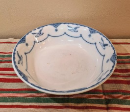 """Stor skål Gustavsberg """"Öresund"""". Diam. 25 cm, djup ca 6,5 cm. Några bruna fläckar/prickar i botten, annars gott bruksskick. Inga nagg eller sprickor. 1913-41. 90 SEK"""
