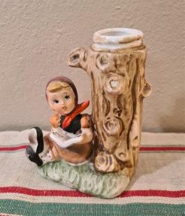 Figurin/vas - läsande flicka. Höjd ca 10,5 cm. Bredd 7,5 cm. Fint skick. 45 SEK
