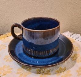 "Kaffekopp med fat Gefle ""Kosmos"" (3). Höjd kopp 5,5 cm, diam. kopp 7,5 cm. Diam. fat 13 cm. 1966-77 Berit Ternell. Fint skick. 70 SEK/st"