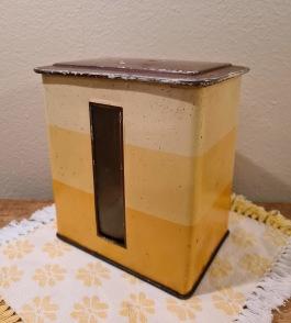 """Burk med """"fönster"""" från Kaffeaktiebolaget """"Tellus"""". Höjd 15 cm, bredd 14 cm, djup 10 cm. Lite skavd samt en del små rostfläckar inuti och längs botten utvändigt. 65 SEK"""