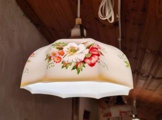 Liten söt taklampa med blommotiv på skärmen. Diam. 23 cm, höjd skärm ca 12 cm exkl. lamphållare. Fint skick. 275 SEK