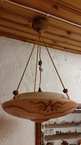 Taklampa plafond med fint motiv. Från tak ca 62 cm. Diam. kupa 40 cm. Pris: 400 SEK