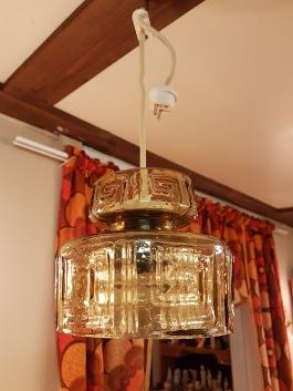 Liten taklampa med gröntonat glas. Höjd (glas) 13 cm, diam. 14 cm. 175 SEK