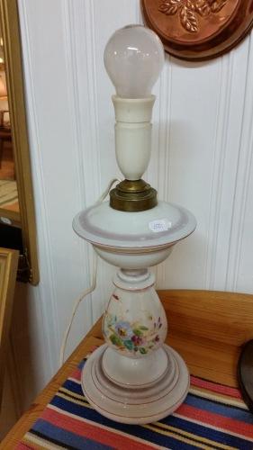 Gammal bordslampa m. målad fot. Pris: 150 SEK