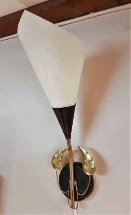 Vägglampett med plastskärm. Höjd inkl. skärm 42 cm. 175 SEK