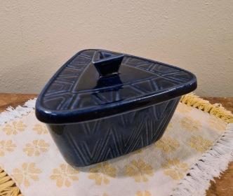 Liten blåmönstrad trekantig kermikburk med lock. Omärkt. Diam. 12,5 cm. Höjd inkl. lock ca 9 cm. Fint skick. 75 SEK