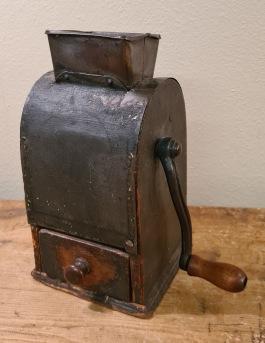 Äldre kaffekvarn, hög modell. Höjd 20 cm, bredd 11 cm. Härlig patina, gott skick. 160 SEK