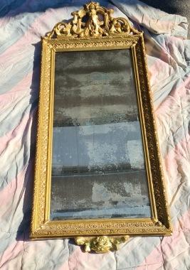 Äldre förgylld väggspegel med fasat glas. Ca 130 cm hög. Spegelglaset lite missfärgat och lite guldfärg borta på några ställen, annars gott skick. Troligen EJ originalfärg.  OBS: SKICKAS EJ!! 900 SEK