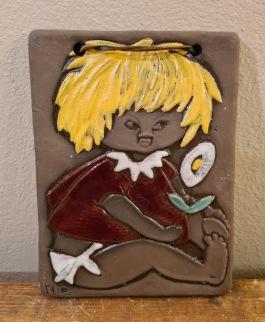 Keramiktavla Ninnie Keramik - Barn med prästkrage. Höjd 16 cm, bredd 11,5 cm. Fint skick. 60 SEK