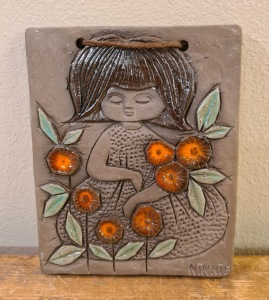 Keramiktavla Ninnie Keramik - Flicka med blommor. Höjd 16,5 cm. Bredd 13,5 cm. Fint skick. 60 SEK