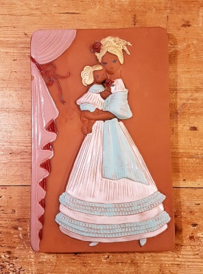 """Keramiktavla JIE  """"Kvinna med barn"""". Höjd 26,5 cm. Bredd 16,5 cm. Fint skick. 60 SEK"""