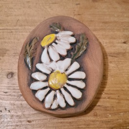 Liten keramiktavla med prästkragemotiv. Höjd 10 cm, bredd 8 cm. Fint skick. 25 SEK